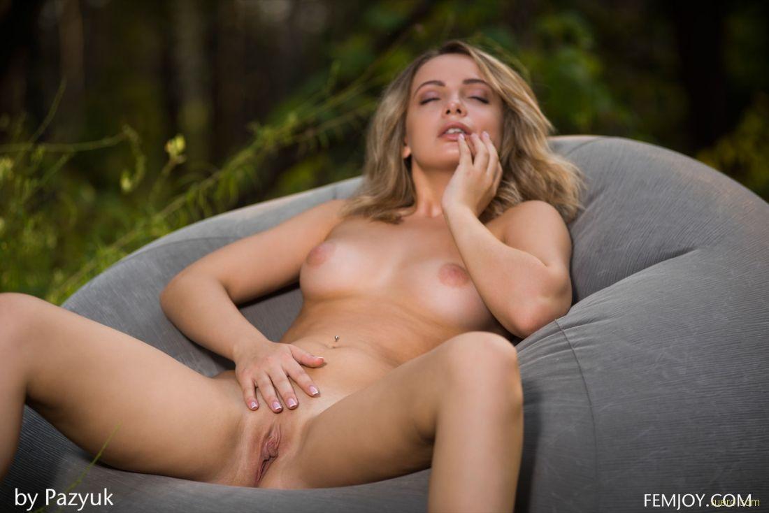 Девушка в лесу ласкает себя