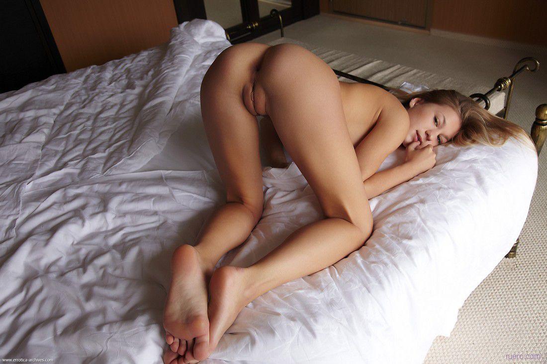 Фото красавицы постели голые раком