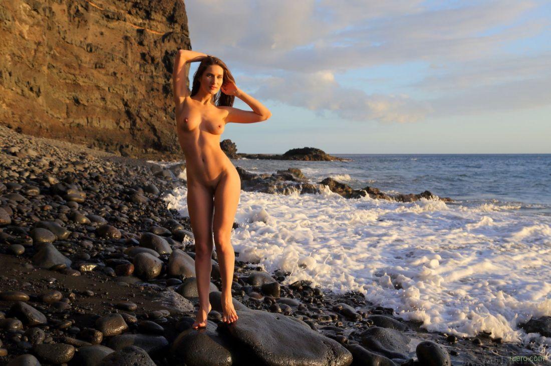 Телка голые бабы на диком пляже