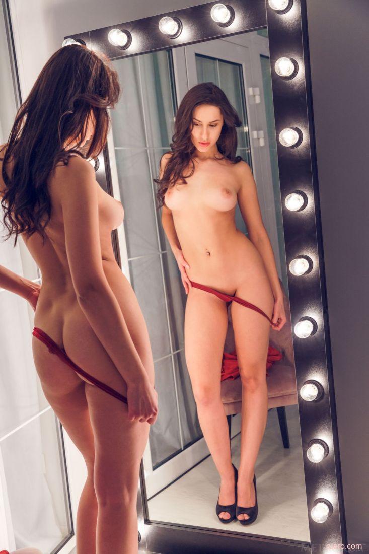 video-razdevanie-pered-zerkalom-imitatori-vagini-svoimi-rukami