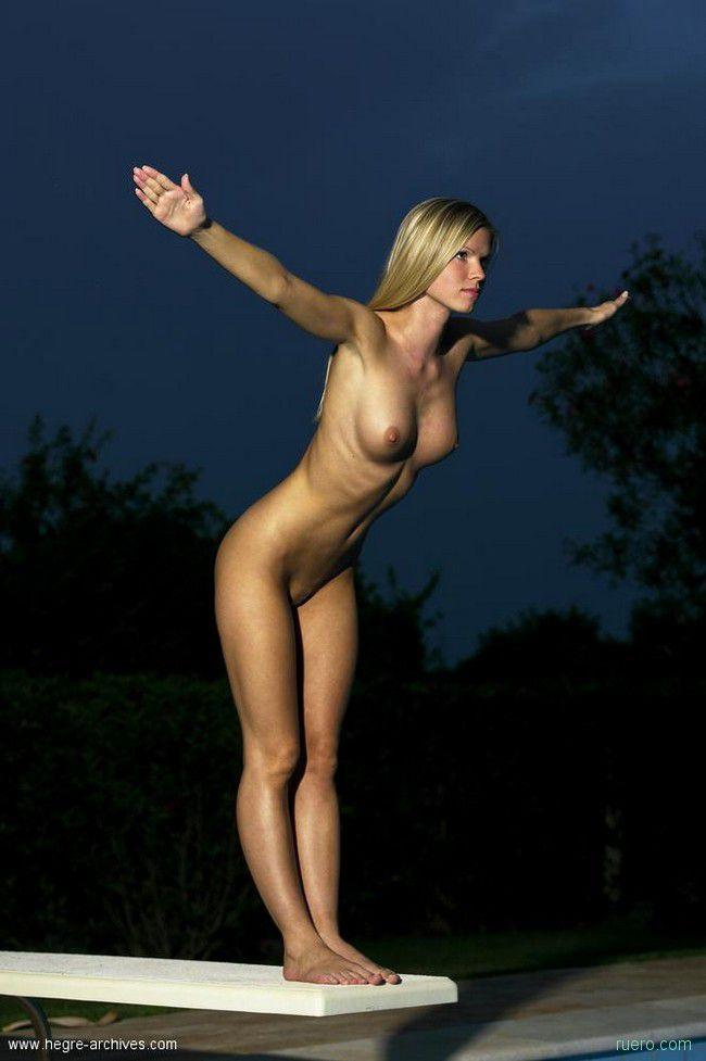 блондинки прыгают эротика тому много