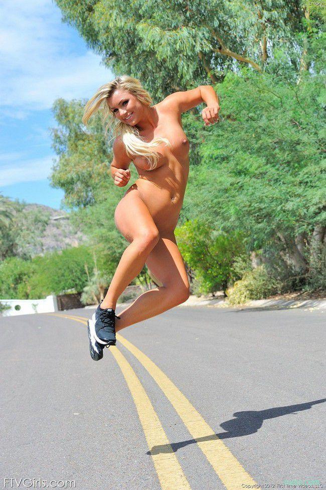 Topless running — photo 1