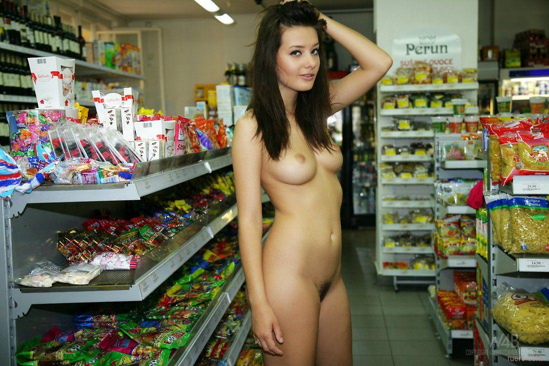 Девушка в магазине одежды и голые, барби порно звезда