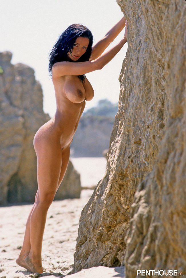 жизнь, красивая голая вероника земанова позирует на море линарес своими